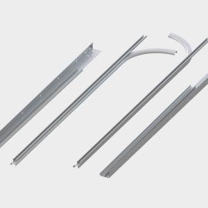 Комплект направляющих и угловых стоек из оцинкованной стали толщиной 1,5-2 мм обладает повышенной прочностью, имеет все необходимые для монтажа перфорации.